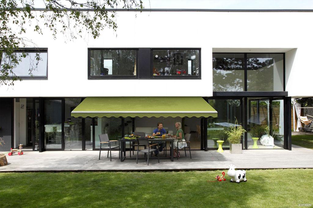 Terassmarkis på modernt hus