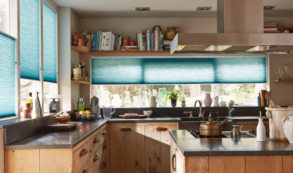 Blå plisségardiner i kök