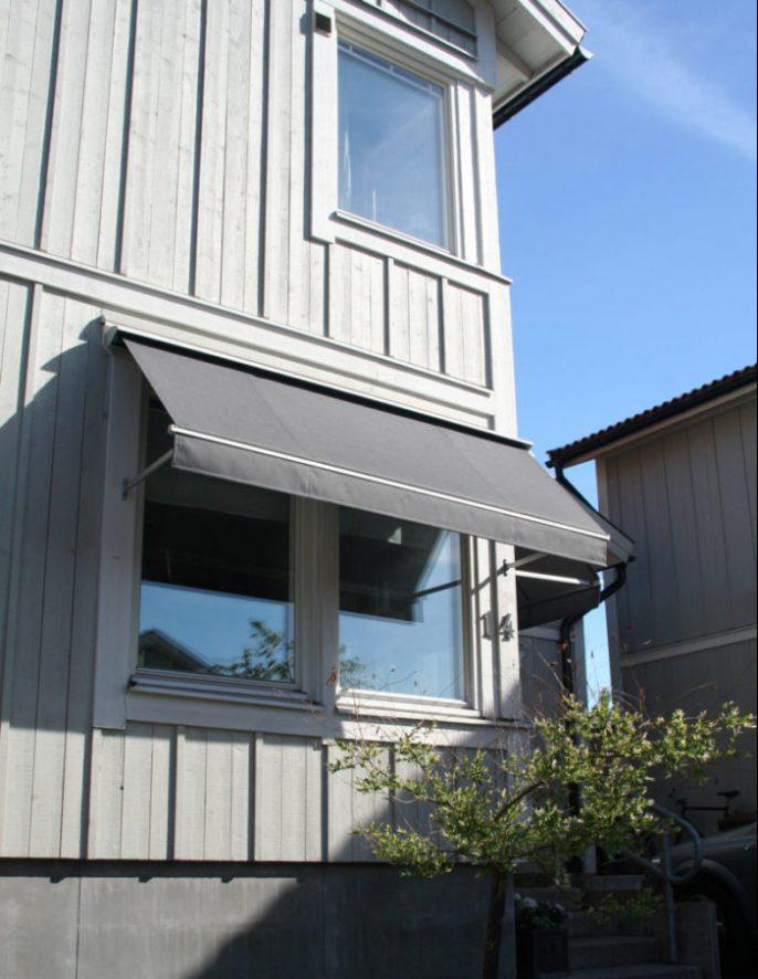 Grå fönstermarkis