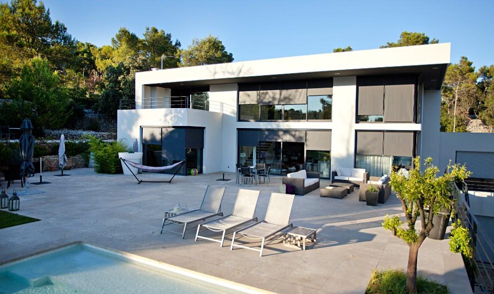 Vertikalscreen på modernt hus