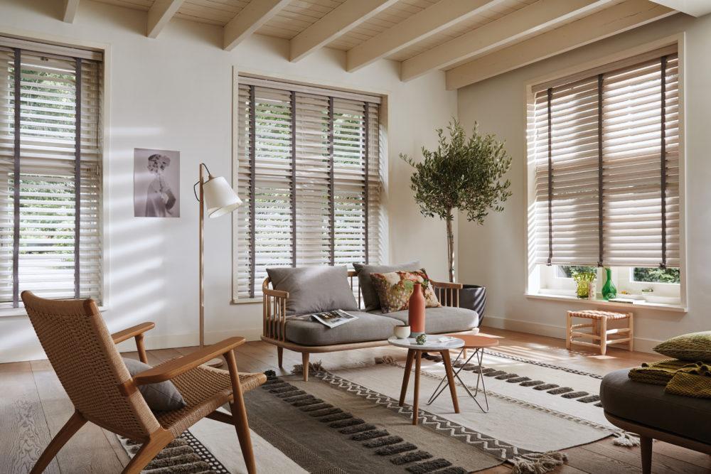 Träpersienner i vardagsrum